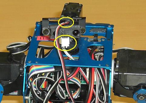 PSDセンサにコネクタを接続、サーボケーブルを隙間から出す